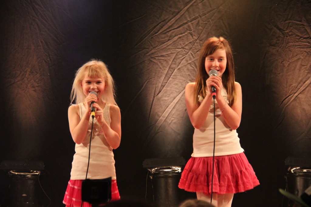 Gråbo Talangen 2014 #13 Emma & Nicole - Jag tror jag är kär (foto Johan Holst)