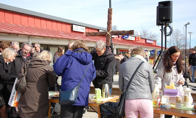 Kyrkornas bänk på torget i Gråbo